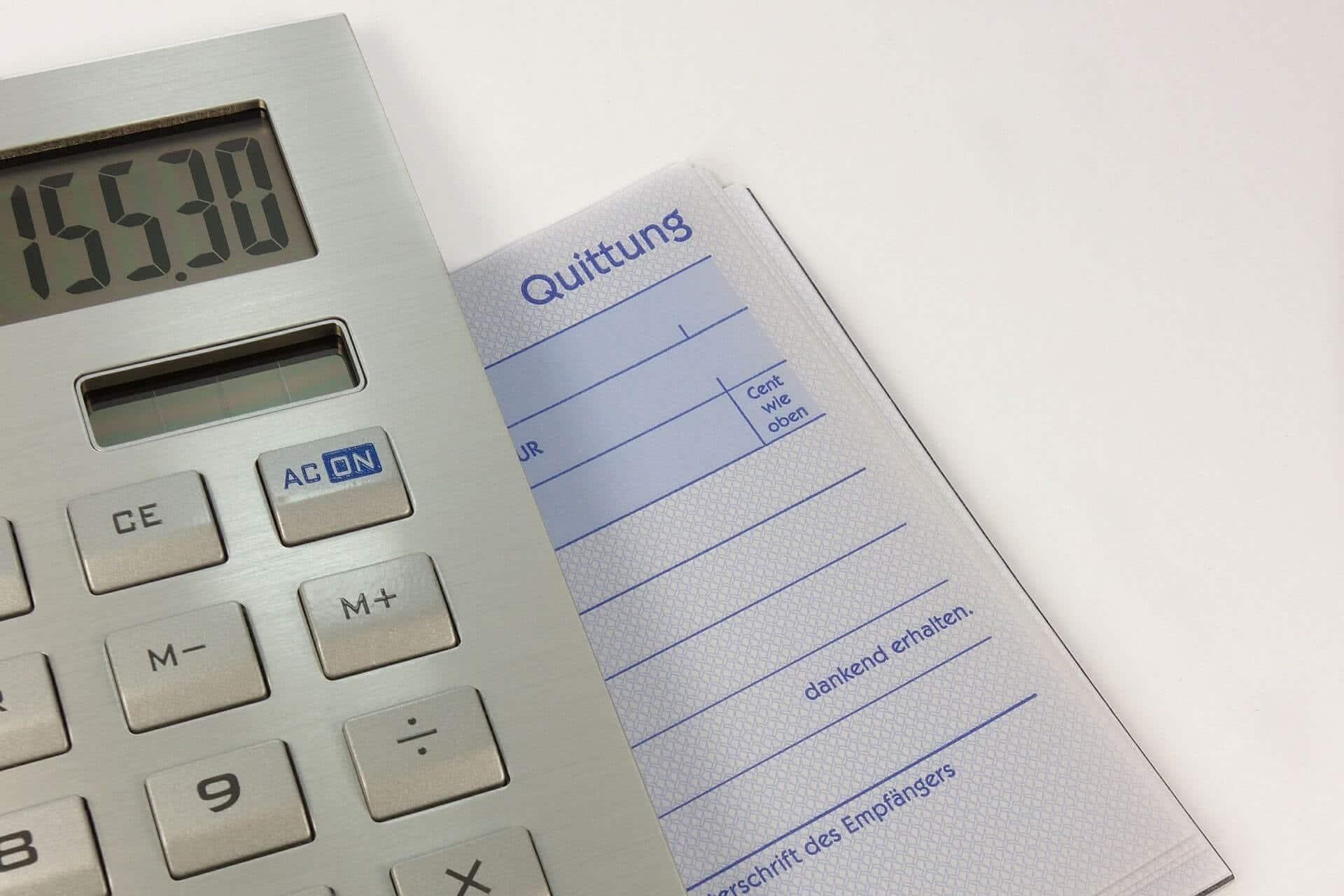 Moldelo de una factura y retenciones-OKasesores-portada